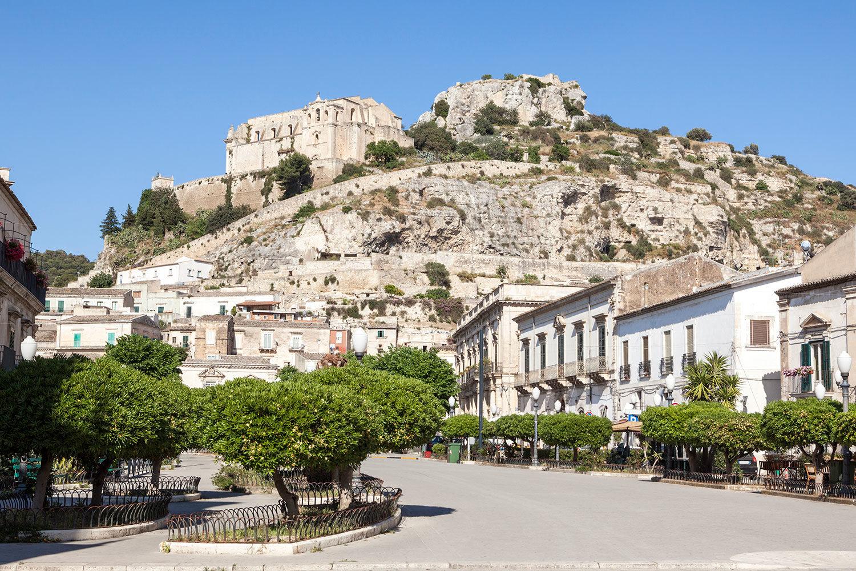 Palazzo montalbano ospitalit di charme un nuovo sito for Luce arredo modica